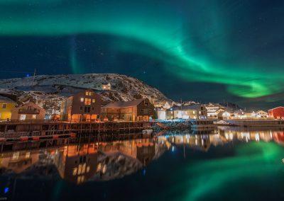 Nyksund havn i et fantastisk nordlys - Foto: Benny Høynes