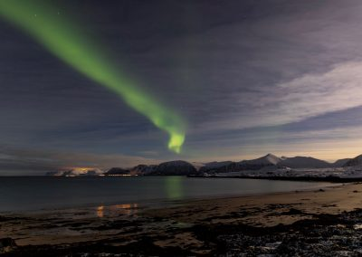 Aurora Borealis over Andøya - Kvasstinden til høyre og Åknes midt i bildet - Foto: Henrik Rødsand